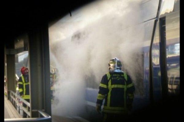 Image de la locomotive en feu gare de la Part-Dieu- Le 23/09/2013