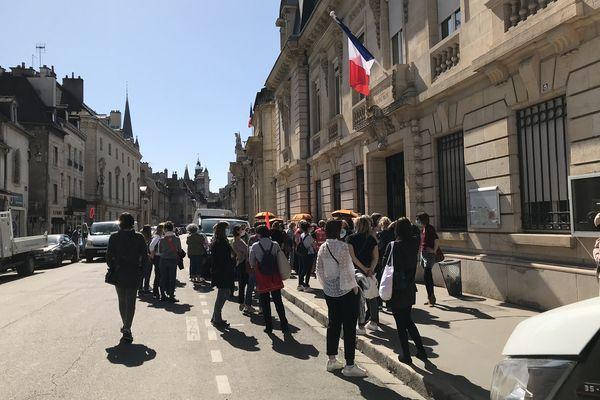 Mardi 30 mars en début d'après-midi, environ cinquante personnes se sont rassemblées devant la préfecture de la Côte-d'Or, pour la mobilisation des professionnels de la petite enfance.
