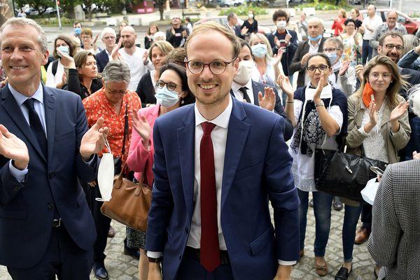 La joie de Florian Bercault (au centre) devant le parvis de la maire de Laval accompagné de Guillaume Garot (à gauche), à l'annonce des résultats ce 28 juin 2020.
