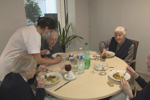 Des intervenants extérieurs pour aider les personnes âgées à retrouver un peu d'autonomie