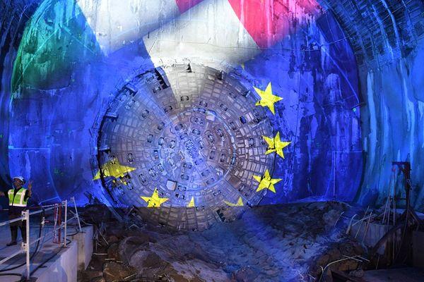"""Cette photo montre la tête du tunnelier à l'occasion de l'achèvement de la première étape du tunnel Lyon-Turin, le 23 septembre 2019 à Saint-André. Lancé depuis le site de Saint-Martin-la-Porte à l'été 2016, le tunnelier """"Federica"""" a réalisé les 9 premiers km de la galerie sud du tunnel de base de 57,5 km, reliant les villes de Lyon et Turin sous les Alpes pour relier la France à l'Italie."""
