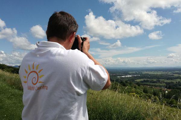 David Bournadet, photographe passionné d'orages, en repérage sur l'un de ses spots favoris, le plateau des Hurlevents sur la commune de Le Vernet dans l'Allier.