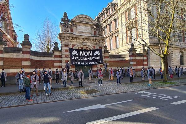 200 à 300 étudiants manifestent devant le campus des Arts et métiers à Lille, le 29 mars 2021.