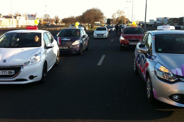 A Clermont-Ferand, 150 véhicules d'auto-écoles venus de toute la région ont mis près de 2 heures pour rejoindre la place Delille depuis Lempdes. Ils doivent y rencontrer la député Odile Saugues.