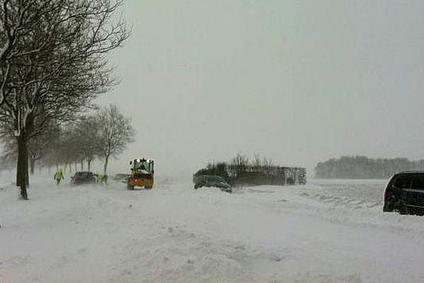La route de Douvres-la-Délivrande (Calvados), bloquée ce mardi matin