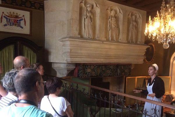 Bienvenue dans l'une des chambres du château reconstituée avec des meubles et fournitures des années 1920