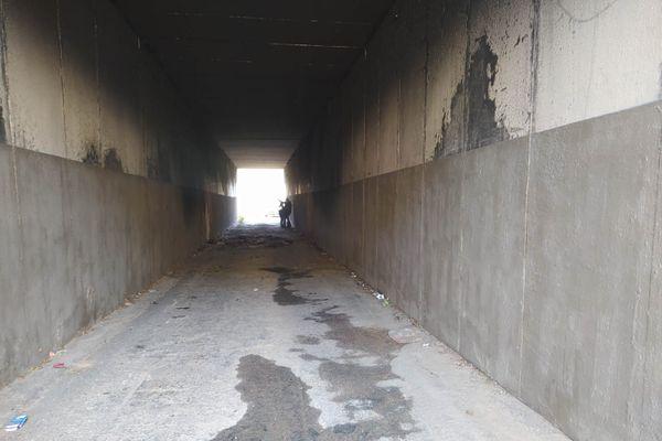 Le passage sous l'autoroute où a été retrouvée la voiture en flammes