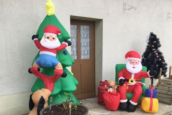 Les Pères Noël s'exposent jusque devant l'entrée de la maison d'Annick.