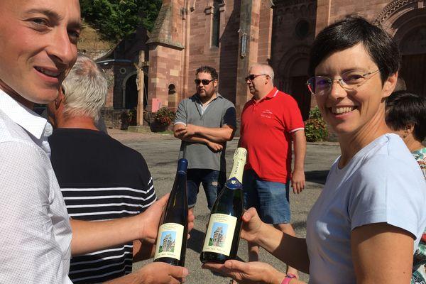Les viticulteurs de Gueberschwihr étaient fiers ce 29 juillet d'officialiser le lancement de la cuvée Saint-Pantaléon, au pied du clocher à sauver.