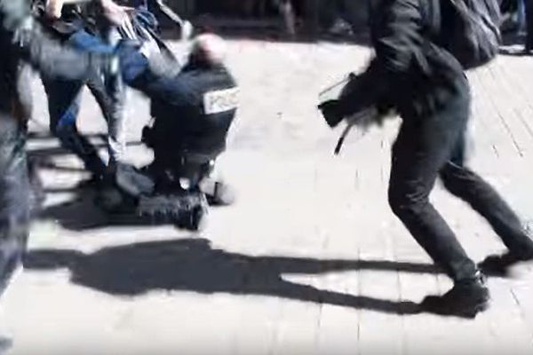 Un CRS lynché à Nantes par des manifestants.