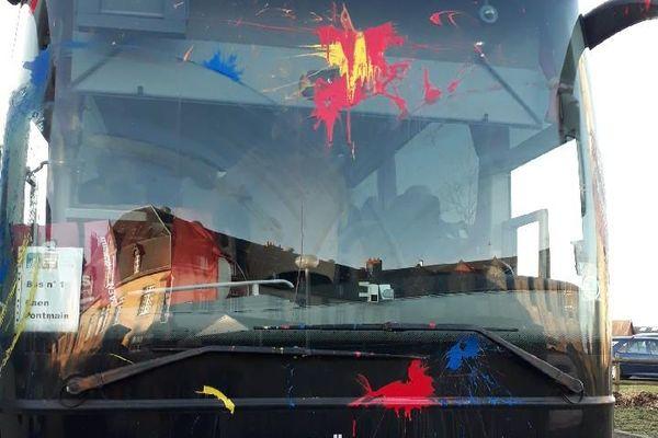 Le bus de pelerins attaqué à Caen, dimanche 19 janvier 2020, après un nettoyage lui ayant permis d'effectuer le déplacement en Mayenne