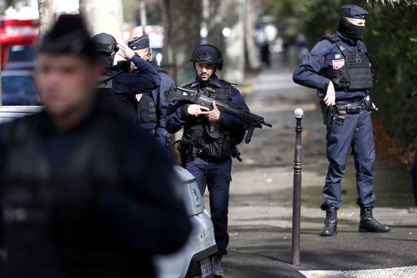 Les forces de l'ordre sont mobilisées autour des locaux de Charlie Hebdo.