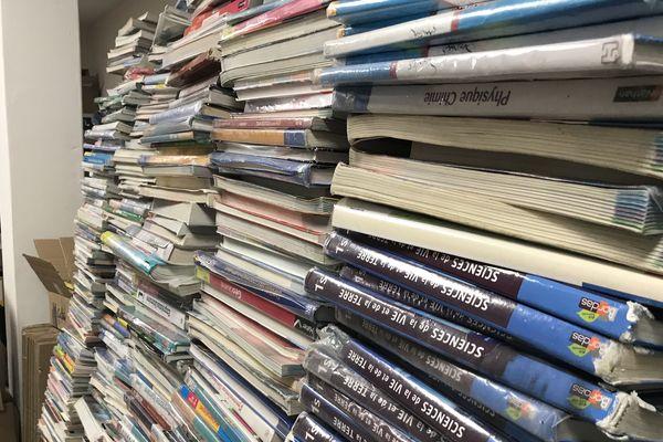 Des milliers de livres obsolètes sont entassés dans le local de la PEEP à Longueau près d'Amiens - Août 2019