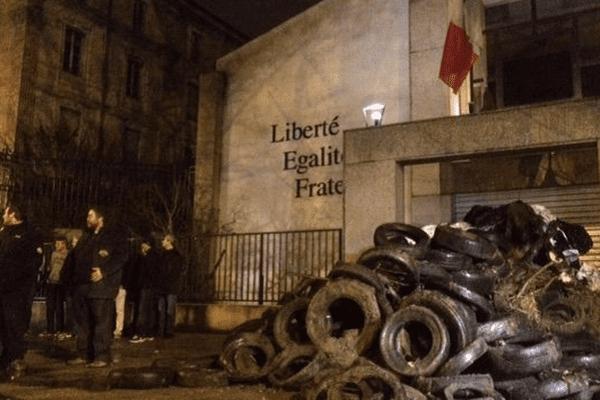 Dans la nuit du 23 février, les agriculteurs avaient déversé un tas d'immondices.