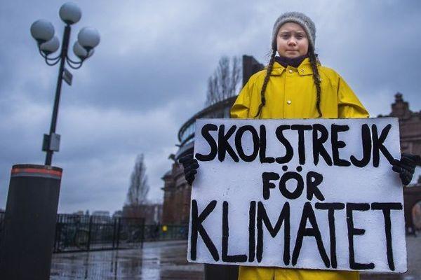 """Greta Thunberg a 16 ans. Elle habite en Suède. Depuis le mois d'août, elle se fait prendre en photo, semaine après semaine, dans cette posture devant le parlement de Stockholm avec sa pancarte """"grève scolaire pour le climat"""". C'est elle qui a lancé ce mouvement devenu mondial."""