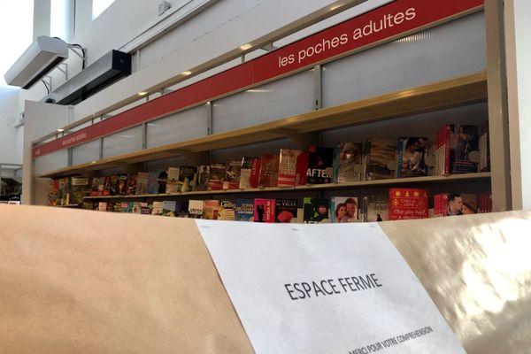 Les rayons culture des grandes surfaces fermés par équité pour les librairies. A Reims, dans ce supermarché, impossible d'accéder aux livres.