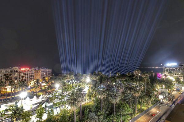 Les faisceaux lumineux éclairent Nice lors de la cérémonie d'hommage aux victimes de l'attentat du 14 juillet (archives).