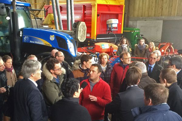 Stéphane Le Foll en visite dans une exploitation agricole de Seine-Maritime.
