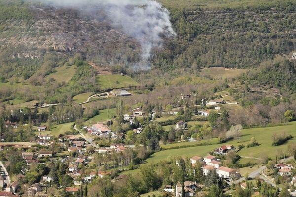 Le feu s'est déclaré vers 15 heures ce vendredi après-midi près de Saint-Antonin-Noble-Val (Tarn-et-Garonne) dans un secteur très boisé