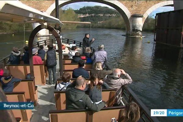 Les touristes en gabarre découvrent le chantier de Beynac sous un angle inhabituel