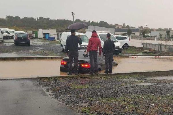 Mercredi 23 octobre, suite aux intempéries dans l'Hérault, l'eau est montée très vite en quelques minutes à peine dans cette entreprise de Portiragnes. Son PDG a vu sa voiture noyée par les flots au moment où il tentait de s'enfuir.