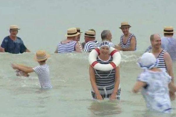 Les baigneurs de tous âges sont nombreux, la tradition ne touche pas le fond.