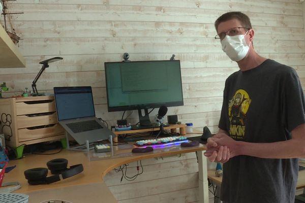 En télétravail, Guillaume Membré a investi dans un dans un bureau ergonomique, avec l'aide de son entreprise