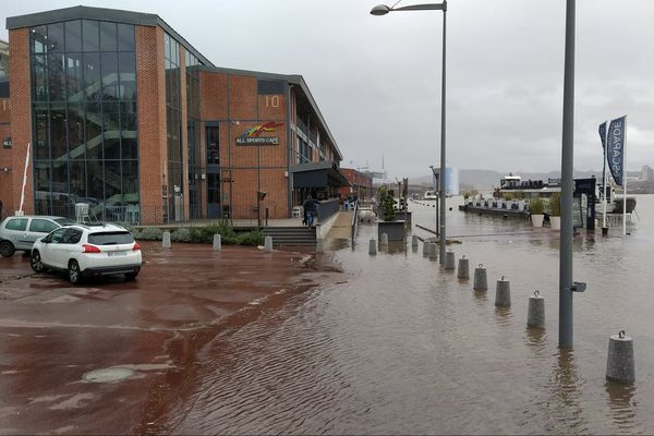 A Rouen, du fait des précipitations et des forts coefficients de marée, la Seine est sortie de son lit et a inondé les quai.