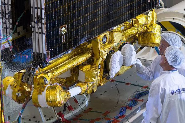 """Un précédent satellite, le """"172B"""", lors de sa construction chez Airbus, pour Eutelsat"""