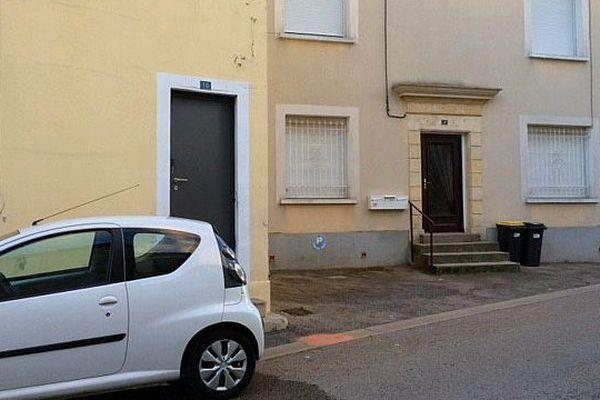Garons (Gard) - un drame familial s'est produit en pleine rue. Un homme a tiré sur son ex-femme, la blessant gravement avant de retourner l'arme contre lui - 6 janvier 2016.
