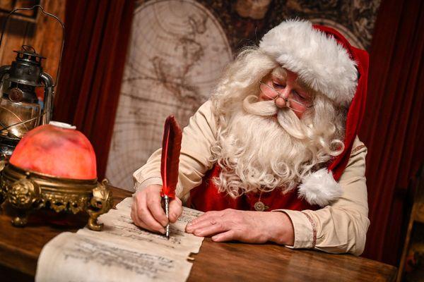 Le Père Noël est confiné mais il travaille.