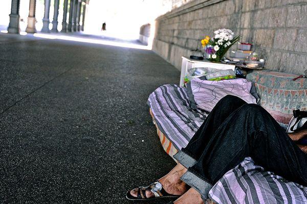 Personne sans abri, place Jean Macé à Lyon, août 2013