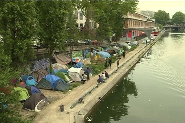 Depuis 10 semaines des camps de réfugiés se reforment en différent lieu comme ici Quai de Jemmapes dans le 10ème arrondissement.