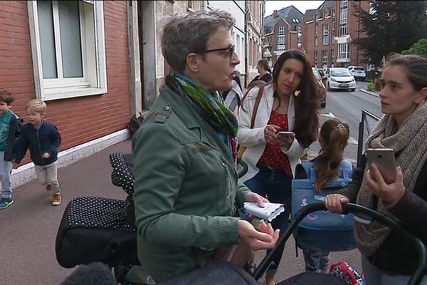 Ces mères d'élèves effectuent des mesures atmosphériques près de l'école Jean Andrieu de Douai.
