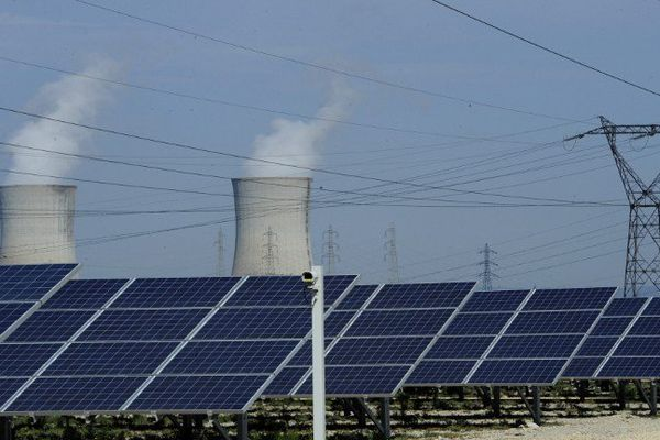 Au loin, la centrale nucléaire de Tricastin et au premier plan des lignes électriques EDF