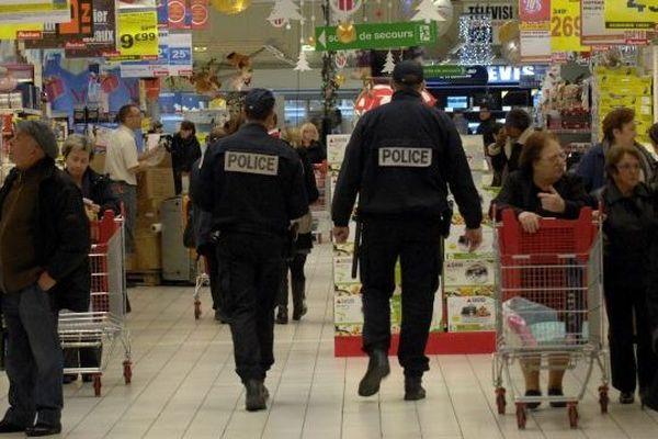 Patrouille de deux policiers pour le plan anti hold up à l'approche des fêtes de Noël (Illustration)