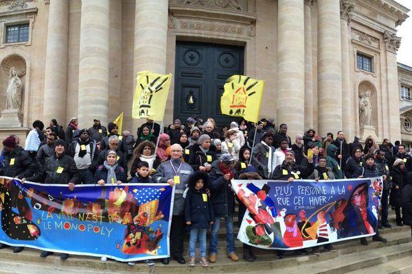 A l'appel du DAL environ 100 personnes se sont rassemblées devant le Val-de-Grâce, rue st Jacques, dans le 5e arrondissement