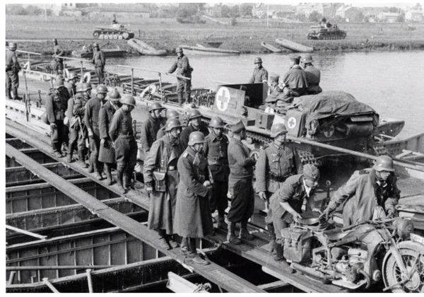 Pont de Gaulier le 14 mai, une ambulance chenillée allemande croise une colonne de prisonniers français.