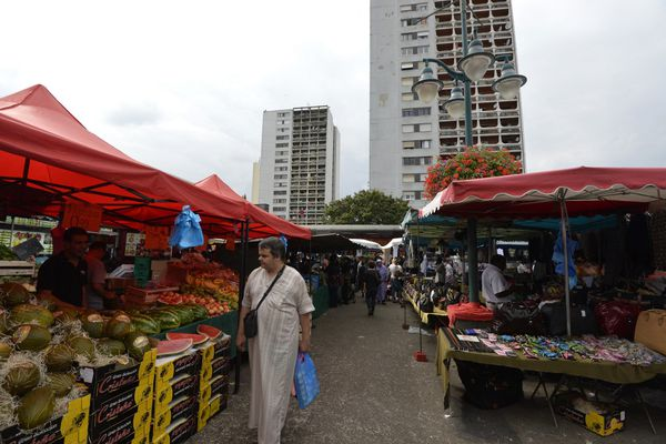 Le marché du Val-Fourré market à Mantes-la-Jolie situé à 57 kilomètres de Paris et photographié en 2014.