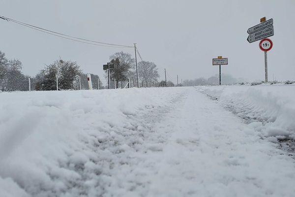24 janvier 2021-10h45 : neige sur une route départementale entre Bourg-Achard et  Brionne (Eure)