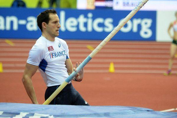 Renaud Lavillenie, pendant la finale, hier à Prague.