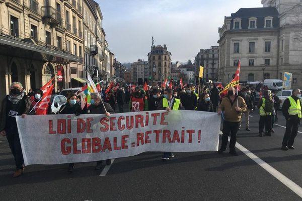 """Près de 350 personnes sont venues manifester dans les rues du Puy-en-Velay, en Haute-Loire, contre la proposition de loi """"sécurité globale""""."""
