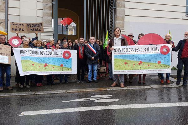 Un collectif de riverains est venu soutenir Jean-Michel Parcheminal, le maire de Plounéour-Menez, à l'audience du tribunal pour son arrêté anti-pesticides