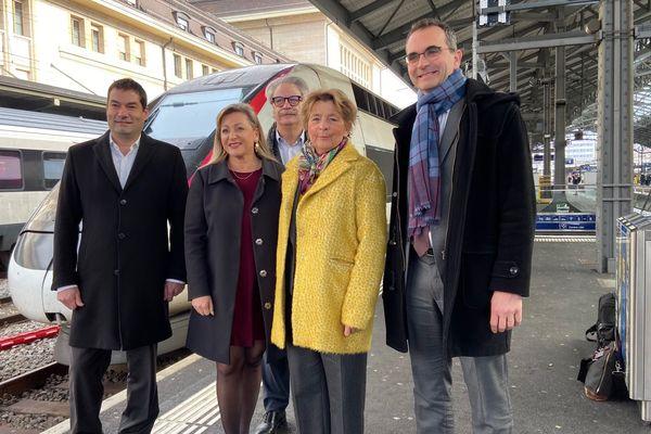 De gauche à droite : Jean-Baptiste Guenot, directeur Europe et développement international de Voyages SNCF ; Nuria Gorrite, présidente du Conseil d'Etat vaudois ;  Michel Neugnot, vice-président du conseil régional de BFC délégué aux transports ; Marie-Guite Dufay, présidente de la région Bourgogne-Franche-Comté et Fabien Soulet, DG de TGV Lyria.