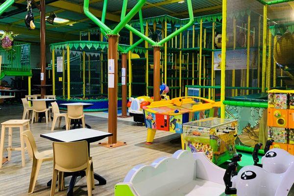 Voilà plusieurs semaines que les rires des enfants n'ont pas résonné dans cette aire de jeux située à Bénouville