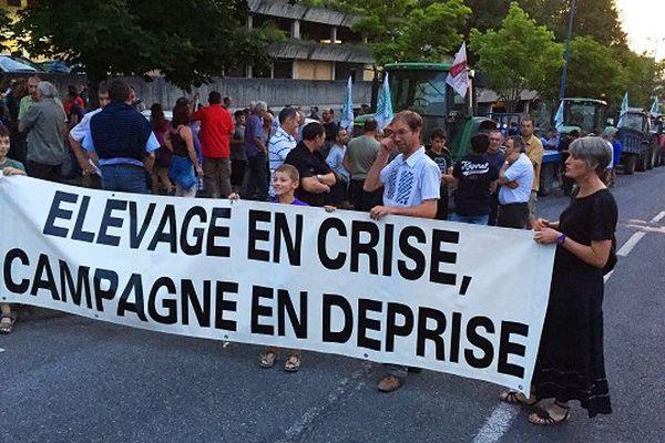 Les agriculteurs ont manifesté jeudi soir à Rodez pour alerter les pouvoirs publics sur leur situation.