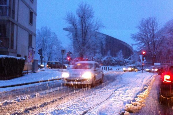 Lendi 11 février, il neige beaucoup sur Grenoble et son agglomération.