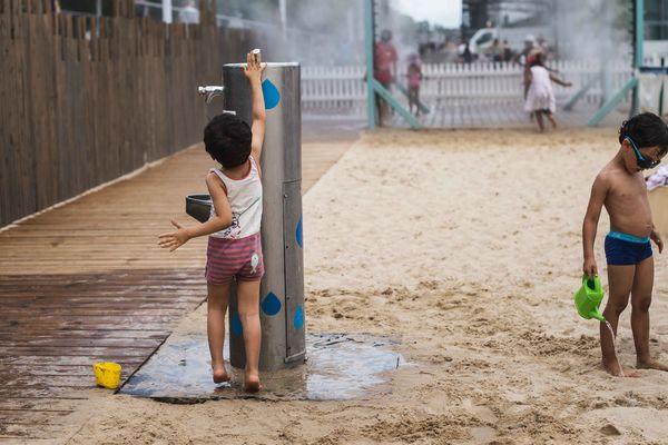 Des fontaines d'eau disponibles un peu partout sur les Docks, la plage éphémère devant la bibliothèque André Malraux.