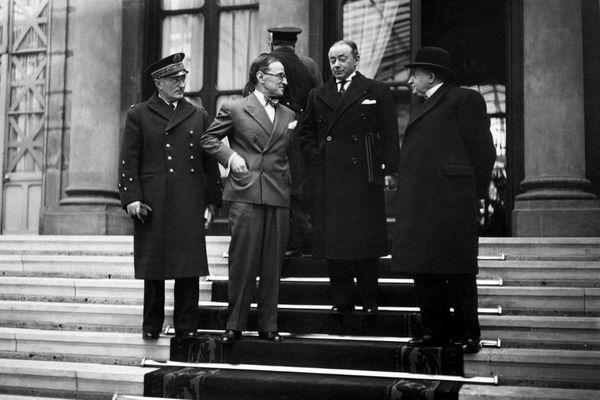 Paul Reynaud (2e en partant de la droite) à l'Elysée en mars 1940.