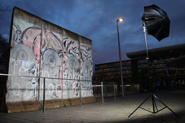 Le bout de mur de Berlin présent sur le parvis de la Cour européenne des droits de l'Homme (CEDH).